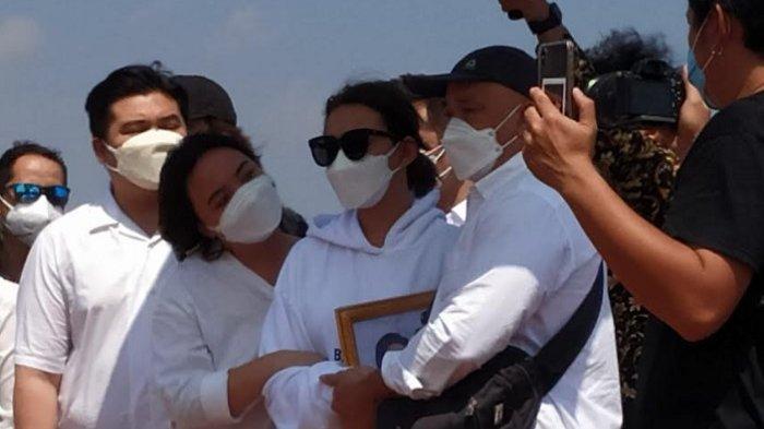 Amanda Manopo saat menyaksikan proses pemakaman ibundanya, Henny Manopo di Komplek Pemakaman Sandiego Hills, Karawang Jawa Barat, Senin (26/7/2021).