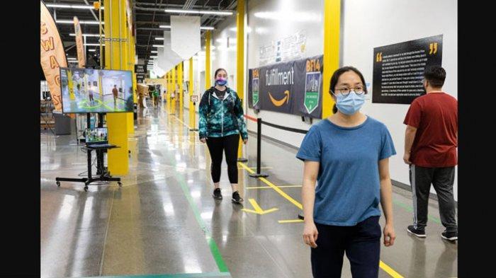 Amazon memamerkan robot AR Sebagai 'asisten' baru yang dirancang khusus untuk membantu para pekerja dalam menjaga jarak sosial (social distancing) sejauh enam kaki, sesuai prosedur yang ditentukan Organisasi Kesehatan Dunia (WHO).