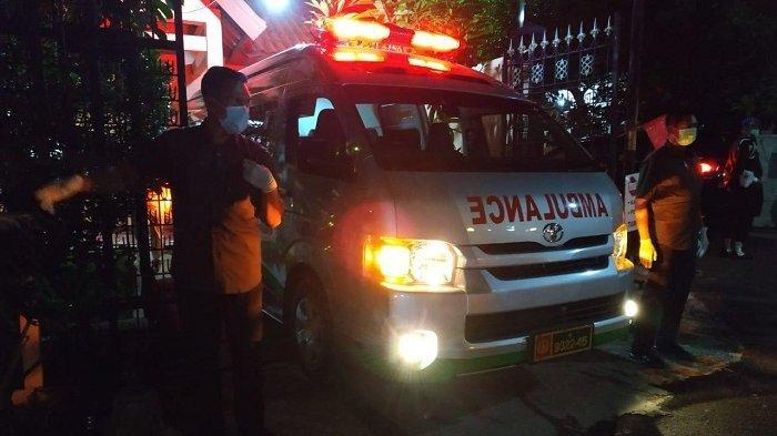 Ambulans yang membawa Jenazah ibunda Presiden Joko Widodo (Jokowi) Sujiatmi Notomihardjo tiba di rumah duka jalan Pleret Raya No 9 A, Sumber, Banjarsari, Surakarta pukul 18.41 WIB, Rabu (25/3/2020)