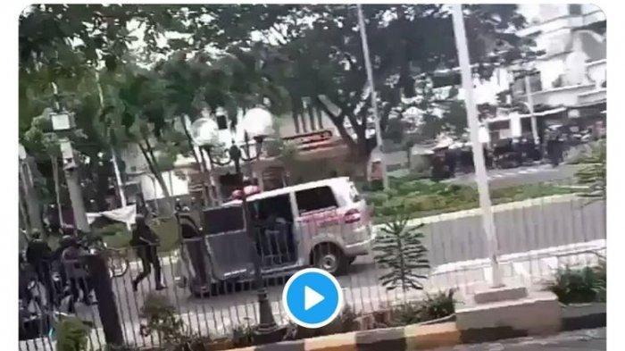 Ambulans yang Dikejar Polisi Kemarin Mengangkut Batu dan Logistik untuk Perusuh?