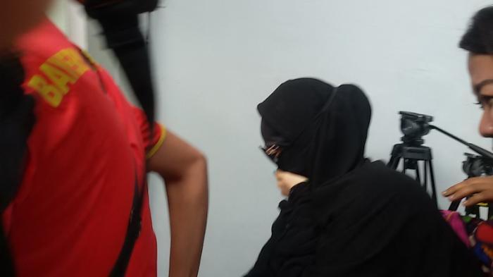 Gunakan Gamis Hitam Tutupi Seluruh Tubuh, Amel Alvi Terpeleset di PN Jaksel