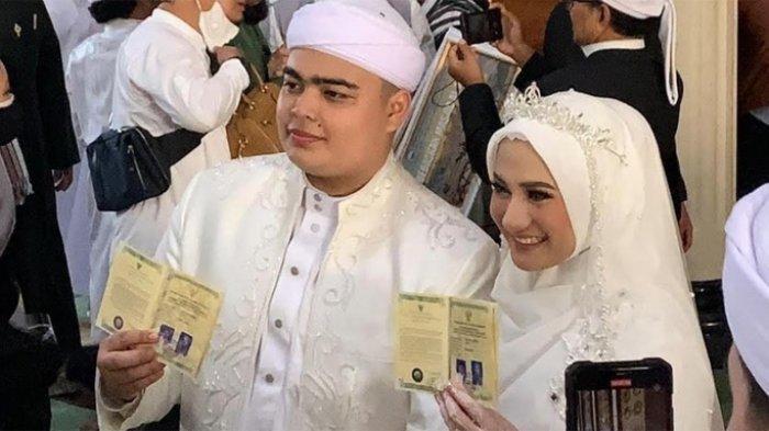 Ameer Azzikra dan Nadzira Shafa saat menunjukkan buku nikan mereka di Masjid Azzikra Sentul, Kabupaten Bogor, Jawa Barat, Kamis (10/6/2021).