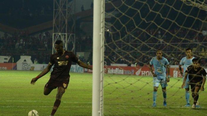 Amido Balde saat mencetak gol dilaga PSM Makassar vs Persela Lamongan.