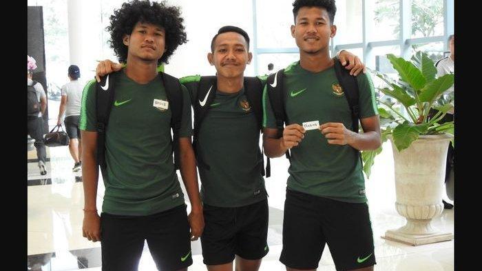 Pemain timnas U-18 Indonesia yang juga pilar Barito Putera U-18, Amiruddin Bagus Kaffa (kiri), dan Amiruddin Bagas Kahfi (kanan) berfoto bersama Beckham Putra Nugraha (tengah).
