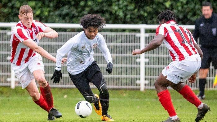 Penyerang Garuda Select, Amiruddin Bagus Kahfi berusaha melewati kawalan pemain Cheltenham Town di Lapangan Birmingham, Inggris