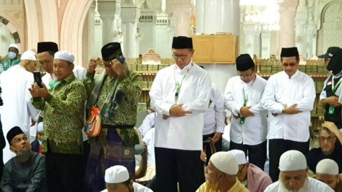 Jemaah Haji Asal Kudus Tak Menyangka Bisa Salat Magrib Bareng Menag di Masjidil Haram