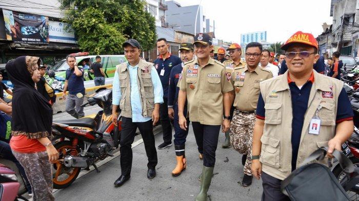 Ketua DPP PKB Bidang Sosial dan Penanggulangan Bencana Marwan Dasopang saat melakukan kunjungan wilayah terdampak banjir bersama Menteri Sosial Juliari Batubara di Kawasan Cipinang, Jakarta, Kamis (2/1/2020).
