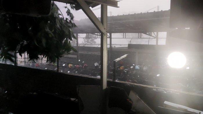 Hujan Deras dan Angin Kencang Landa Depok, Pohon dan Papan Reklame Tumbang, Perjalanan KRL Terganggu