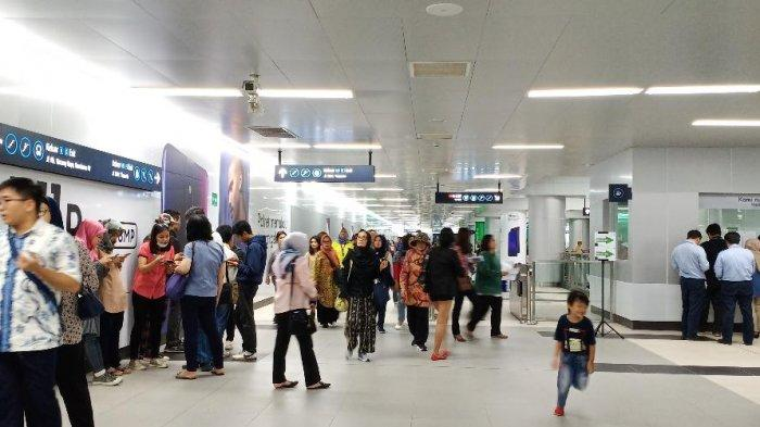 Hari Ketiga Pasca Diresmikan Jokowi, Stasiun MRT di HI Masih Ramai Pengunjung