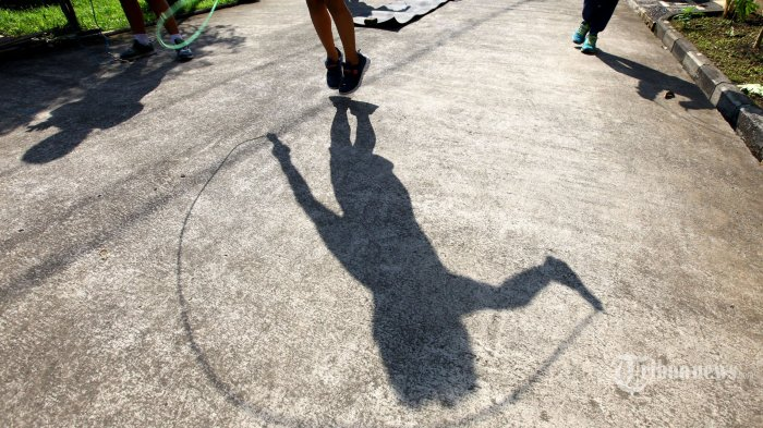 Sejumlah anak berolahraga bersama di kompleks Rancamanyar Regency 1, Desa Rancamanyar, Kecamatan Baleendah, Kabupaten Bandung, Jawa Barat, Rabu (1/7/2020). Kegiatan olahraga pagi ini rutin dilakukan sejumlah anak-anak dibimbing salah seorang orang tua di kompleks tersebut dengan tujuan untuk menjaga kesehatan dan imun tubuh di saat libur panjang sekolah akibat pandemi Covid-19. Tribun Jabar/Gani Kurniawan