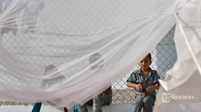 Ilustrasi Konflik Yaman. Anak laki-laki Yaman bermain di dekat kelambu pada April 12 2015 pada fasilitas asrama yang dijalankan oleh Komisi Tinggi PBB untuk Pengungsi di Obock, sebuah pelabuhan kecil di Djibouti di pantai utara Teluk Tadjoura. PBB mengatakan sedikitnya 900 orang telah tiba di Tanduk Afrika dalam 10 hari terakhir, termasuk 344 warga Yaman yang mencari perlindungan di Djibouti dari serangan udara yang dipimpin  Arab Saudi ke posisi pemberontak Houthi di Yaman selatan. AFP PHOTO / TONY KARUMBA