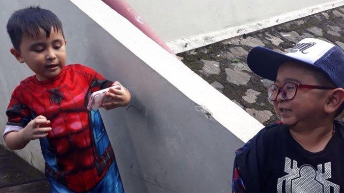 Daus Mini dan anaknya, Ivander Haykal Firdaus ditemui di kawasan Tendean, Jakarta Selatan, Senin (9/4/2018)