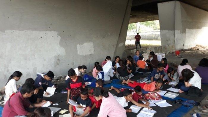 Kisah Indar 20 Tahun Mengajar Anak Jalanan Di Kolong Jalan Layang Tomang Tribunnews Com Mobile