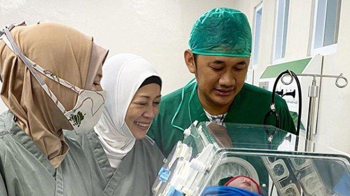 Kabar bahagia tengah dirasakan oleh pasangan Hanung Bramantyo dan Zaskia Adya Mecca (32), yang baru saja dikaruniai anak kelimanya.