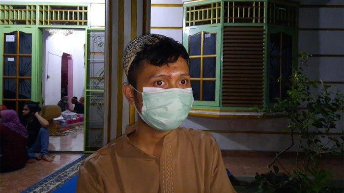 Putra kedua Omaswati, Dio Hambiah di rumah duka kawasan Cimanggis, Depok Jawa Barat, Jumat (17/7/2020) dini hari.