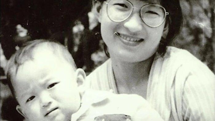 Mao Yin semasa kecil dan ibunya, Li Jinzhing.