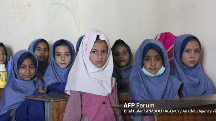 Anak perempuan di Afghanistan saat belajar di kelas.