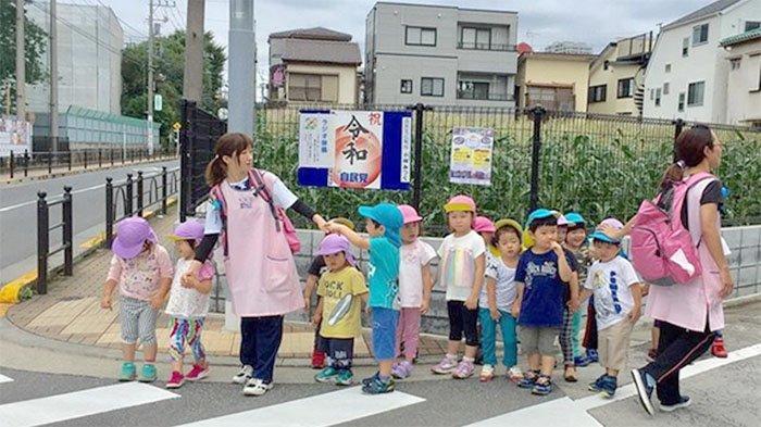 Anak-anak di taman kanak-kanak Jepang yang diajak jalan-jalan gurunya setiap pagi.