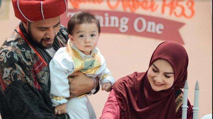 Ammar Zoni bersama Irish Bella saat merayakan ulang tahun pertama dari Air Rumi Akbar 1453 di kawasan Puncak, Bogor Jawa Barat, Sabtu (18/9/2021).