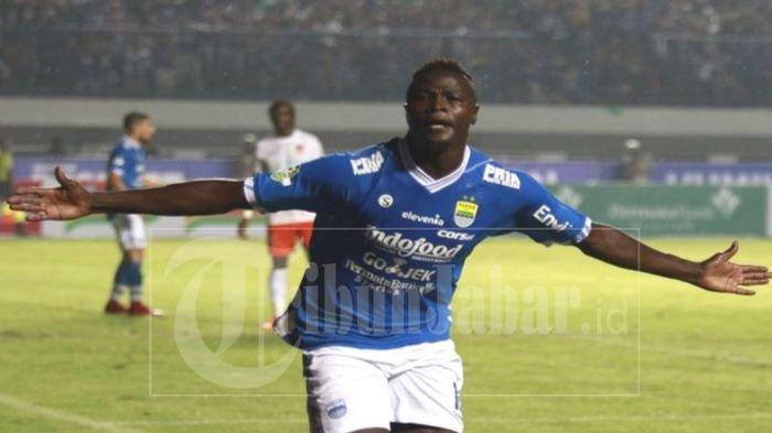 Selebrasi bomber Persib Bandung, Ezechiel usai menjebol gawang Borneo FC pada laga yang berakhir dengan kemenangan Persib 3-1 di Stadion Gelora Bandung Lautan Api, Sabtu (21/4/2018)