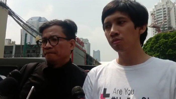 Ananda Badudu keluar dari Gedung Resmob Polda Metro Jaya sekira pukul 10.00 WIB. Ananda Badudu didampingi Direktur Eksekutif Amnesty Internasional Indonesia, Usman Hamid.