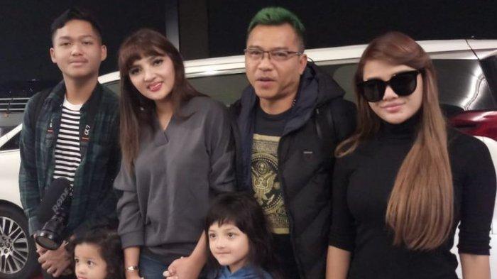 Anang Hermansyah dan keluarga saat ditemui di terminal 3 bandara Soekarno Hatta, Tangerang, Banten, Rabu (25/12/2019).