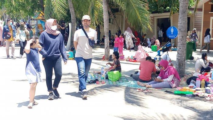 Kawasan wisata Ancol, Jakarta Utara, masih menjadi lokasi tujuan wisata favorit warga Ibu Kota yang datang untuk berekreasi mengisi liburan panjang, Sabtu (31/10/2020). Tercatat sebanyak 19 ribu pengunjung datang menikmati wisata pantai bersama keluarga di masa libur panjang ini. Warta Kota/Nur Ichsan #TribunNetwork #MataLokalMenjangkauIndonesia