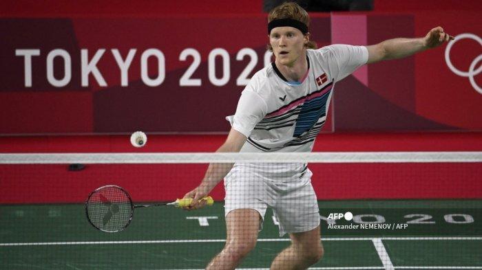 Anders Antonsen dari Denmark melakukan pukulan ke Ade Resky Dwicahyo dari Azerbaijan dalam pertandingan penyisihan grup bulu tangkis tunggal putra selama Olimpiade Tokyo 2020 di Musashino Forest Sports Plaza di Tokyo pada 28 Juli 2021.