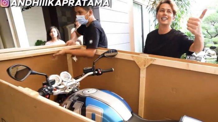 Andhika Pratama dengan motor BMW