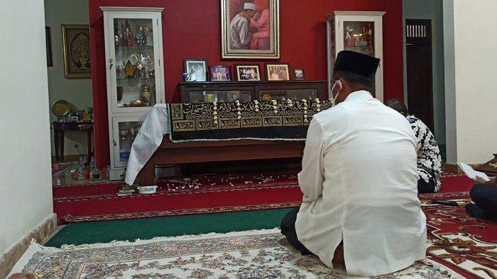 Mantan Mentan Melayat Almarhumah Ibunda Presiden Jokowi di Solo