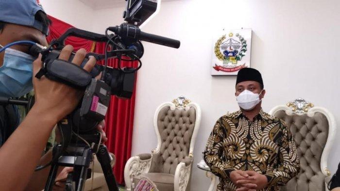 01 SULSEL - Plt Gubernur Sulsel Andi Sudirman Sulaiman memberi keterangan pers di Rumah Jabatan Wakil Gubernur Sulsel Jl Yusuf Dg Ngawing Makassar, Minggu (28/2/2021) malam.