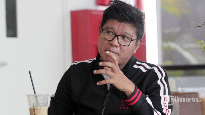 Musisi dan penyanyi Andika Mahesa atau Andika Kangen Band saat wawancara khusus dengan Tribun Network di kawasan Tendean, Jakarta Selatan, Selasa (23/2/2021). Andika kini tengah serius menjadi seorang produser, debutannya ini pun diwujudkannya dengan meluncurkan Babang Tamvan Records sebagai label rekaman miliknya. Tribunnews/Jeprima
