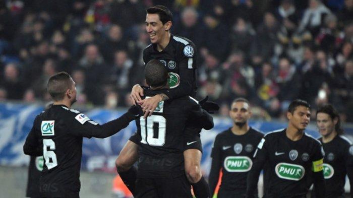 Para pemain Paris Saint-Germain merayakan gol yang dicetak Angel Di Maria (atas) dalam laga babak 16 besar Piala Prancis kontra Sochaux di Stadion Auguste Bonal, Sochaux, pada 6 Februari 2018.