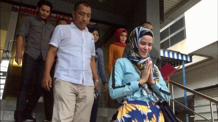 Angel Lelga ditemani Fiki Alman (kemeja abu-abu paling belakang) usai membuat laporan di SPKT Polda Metro Jaya, Jakarta Selatan, Rabu (21/11/2018)