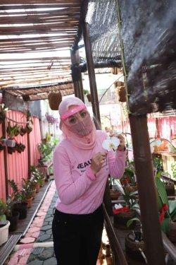 Mantan Putri Indonesia, Angelina Sondakh. Angie yang juga mantan politisi Partai Demokrat ini, kini masih menjadi warga binaan di Lembaga Pemasyarakatan (Lapas) Pondok Bambu, Jakarta Timur.