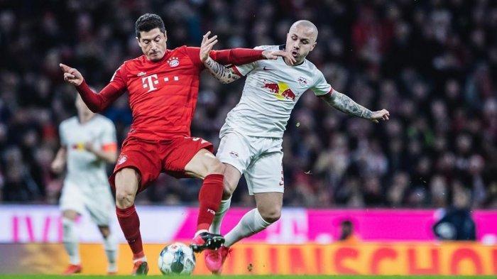Angelino berduel dengan striker Bayern Munchen, Robert Lewandowski