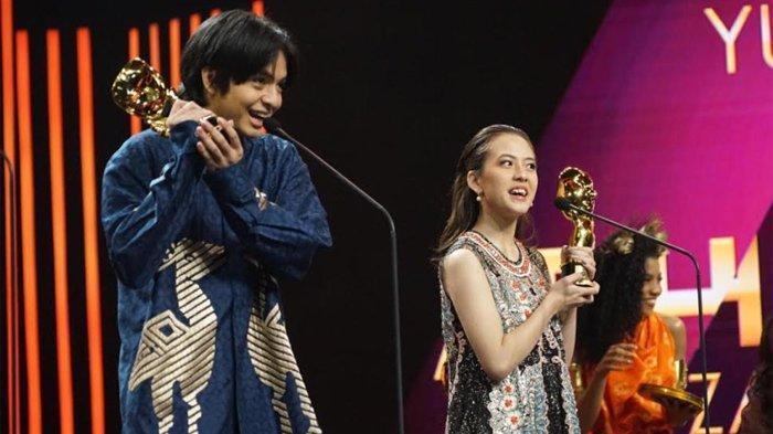 Angga Yunanda dan Adhisty Zara saat menerima penghargaan di ajang Indonesia Movie Actor Awards 2020, Gedung RCTI Plus, Kebon Jeruk Jakarta Barat, Sabtu (25/7/2020).