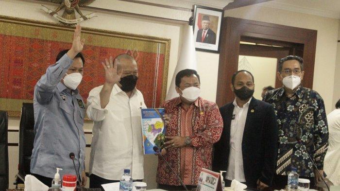Anggota DPD Kalbar Sukiryanto Serahkan Proposal Pemekaran Provinsi Kapuas Raya kepada Ketua DPD