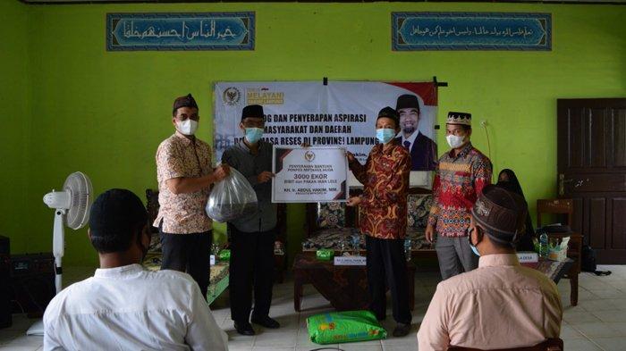 Ir. Abdul Hakim, MM Bantu 3000 Benih Lele dan Pakan untuk Ketahanan Pangan Pesantren Hadapi Pandemi