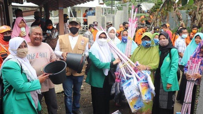 Anggota DPR Maman Imanulhaq Kunjungi Korban Banjir di Majalengka
