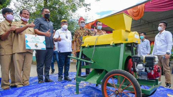 Lamhot Sinaga Bantu Petani Tingkatkan Produktivitas Melalui Pemberian Mesin Pemipil Jagung