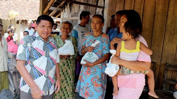 Bagikan Paket Daging Kurban, Sareh Wiyono Prihatin Banyaknya Warga Miskin di Nganjuk