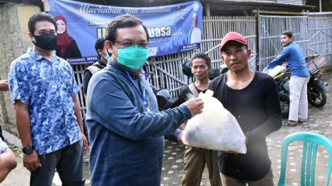Herman Khaeron Turun Langsung Salurkan Bantuan untuk Masyarakat Terdampak Covid-19