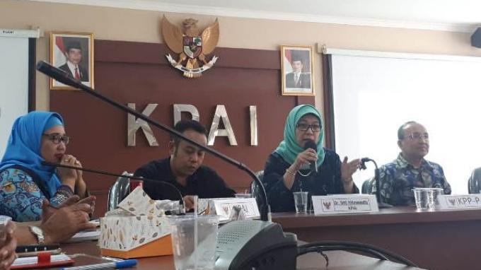 Anggota KPAI Sitti Hikmawatty saat memberikan penjelasan mengenai eksploitasi anak pada seleksi Djarum Beasiswa Bulutangkis Indonesia 2019 dalam sesi  konferensi pers yang diadakan di Kantor KPAI, Jakarta, Kamis (1/8/2019).