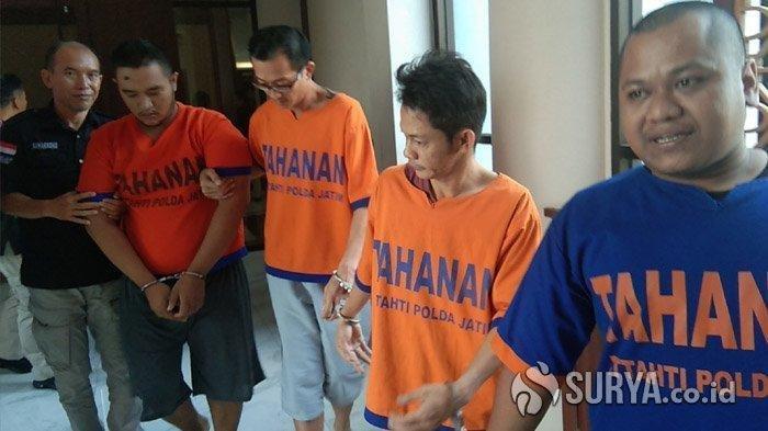 Anggota sindikat sabu jaringan Malaysia, Chee Kim Tiong, Lhau Chu Hee, Dio Anggriawan Soebandi dan M Arifin saat dikeler Anggota Ditresnarkoba Polda Jatim, Senin (3/2/2020).