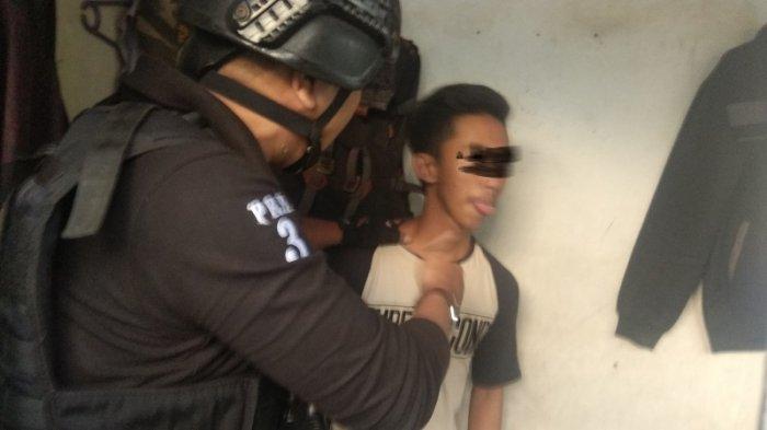 Sopir Taksi Online Sedang Mabuk Berbuat Onar di Cafe, Ditangkap Tim Prabu