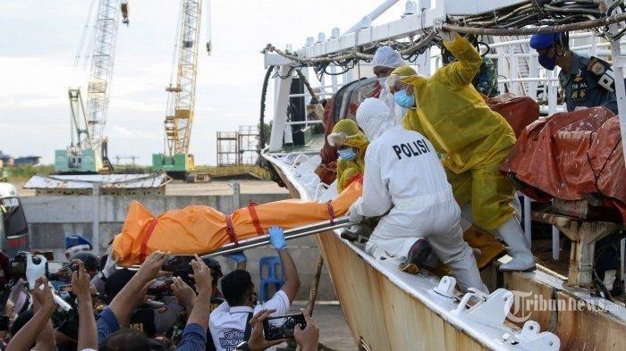 BERITA FOTO: Aparat di Batam Temukan 2 Mayat WNI di Dalam Freezer Kapal China