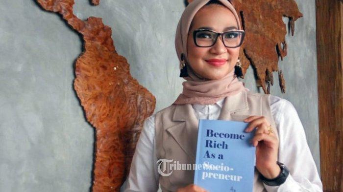 Wanita Cantik Angkie Yudistia (32) , CEO Thisable Enterprise, luncurkan buku ketiganya berjudul Become Rich As a Socio-Preneur. Selama 1,5 tahun buku ini diselesaikan oleh wanita berkacamata yang selalu berhijab ini. TRIBUNNEWS.COM/IST