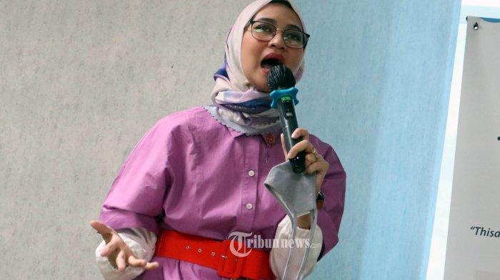 Hikmah Beribadah di Rumah Selama Ramadan: Angkie Yudistia Senang Bisa Mengajarkan Anak Salat Tarawih