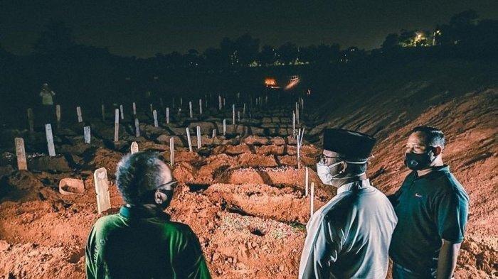 Malam-malam Anies ke TPU Pondok Ranggon, Cek Ketersediaan Lahan dan Kesehatan Para Penggali Makam